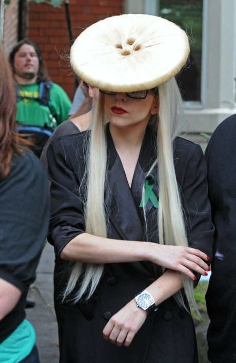 lady-gaga-big-buttonhead-06